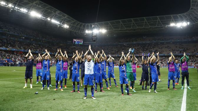 jugadores-islandeses-celebran-cuartos-final_135752488_8368022_1706x960.jpg